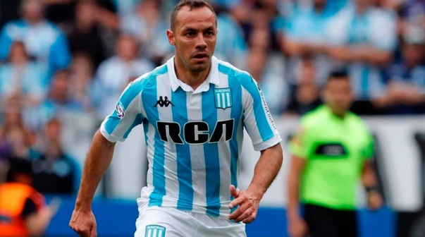 Marcelo Díaz disputa un partido con Racing.