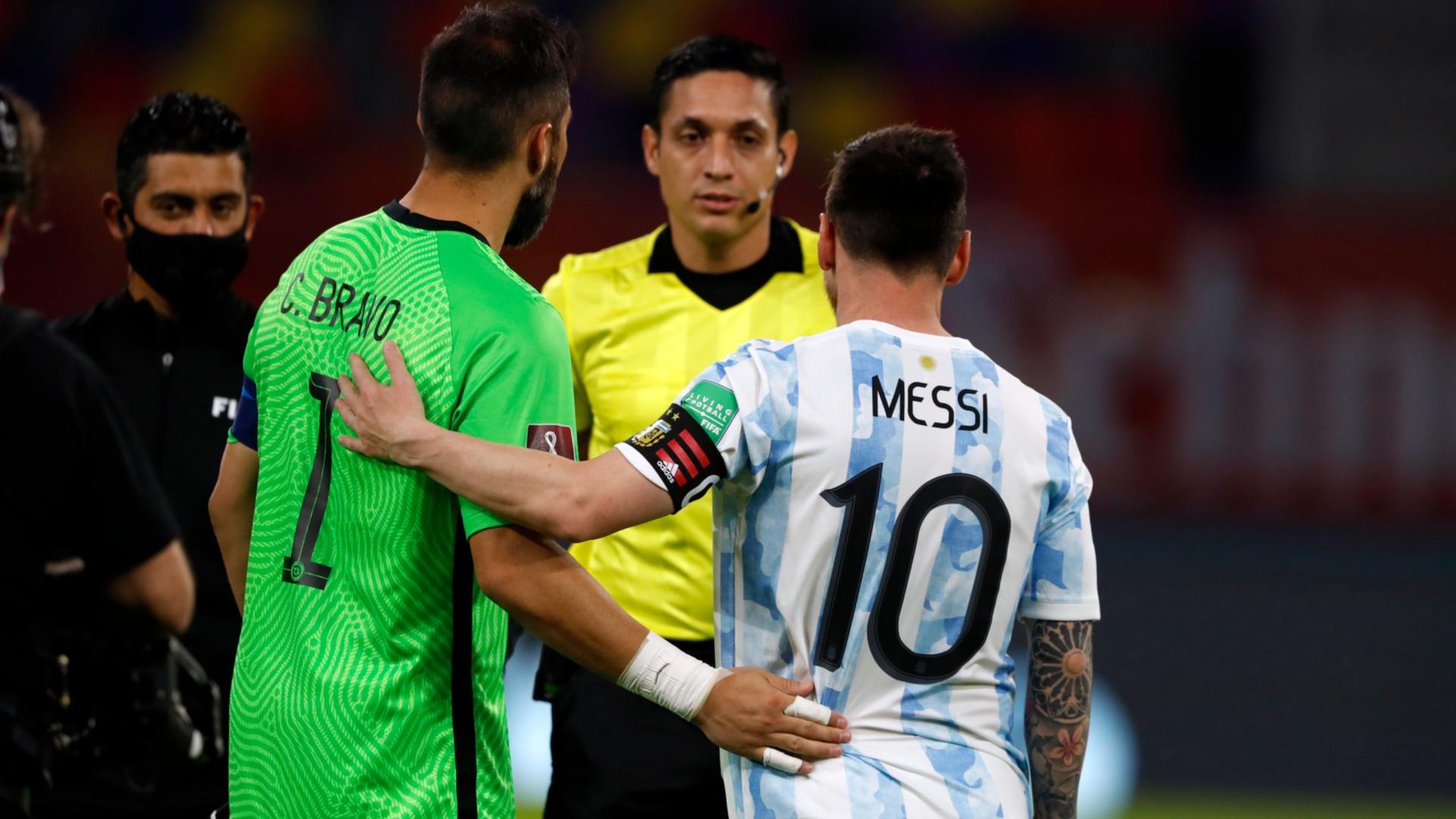 El tapadón de Claudio Bravo a Lionel Messi | TNT Sports